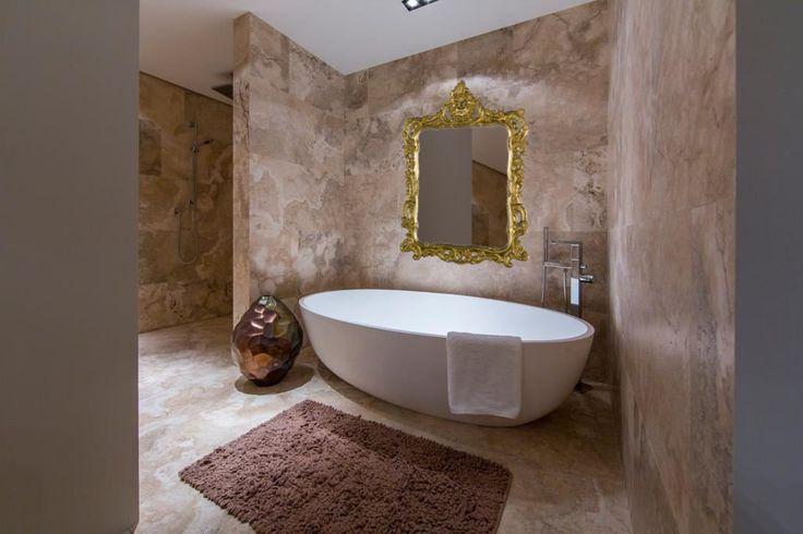 Spiegel modern barok in badkamer  http://www.barokspiegel.com/venetiaanse-spiegels/kuifspiegel-modern-barok-bell