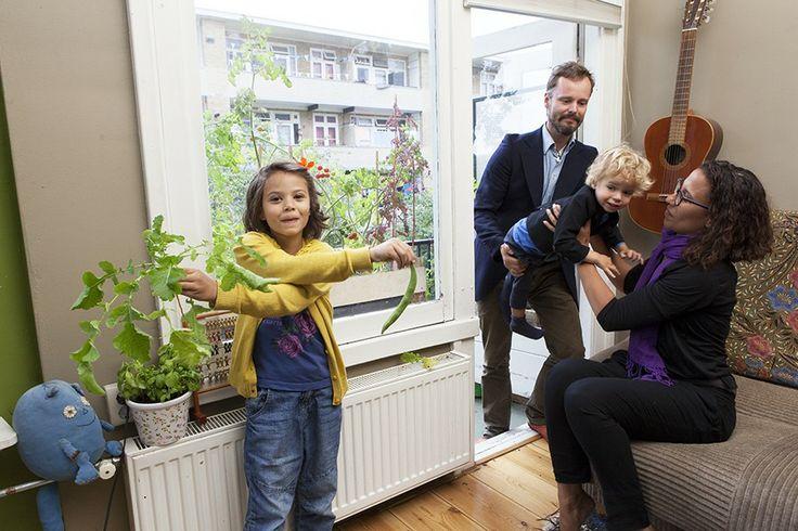 Yehudi, Margreet en hun kinderen Pancho en Carmella verbouwen hun eigen groente en fruit. Gewoon op het balkon.