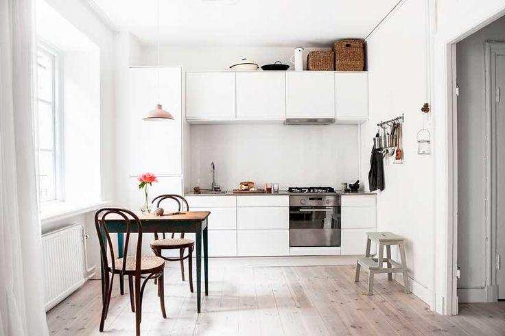 белая мебель на кухне, винтажная мебель в интерьере, белая кухня, лестница икея