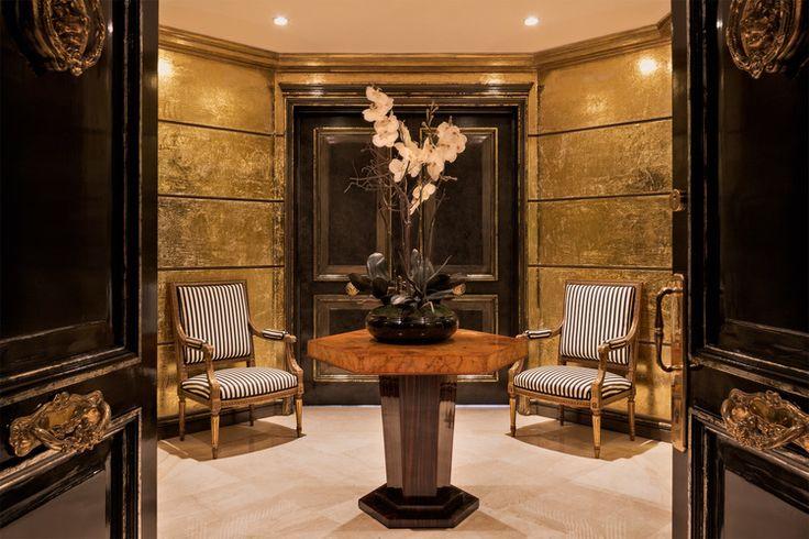 Angelo sandoval decoracion hall entrada octogonal arquitectura francesa muro foliado oro mesa art deco hexagonal raiz nogal sillones luis xv seda blanco negro puertas lacadas bronce