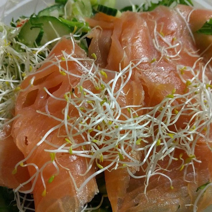 Lekker salade als lunch. Simpel! Gerookte zalm gemengde sla gemengd zakje rauwkost alfalfa en een balsamico honing vinaigrette dressing van Waldenfarms. Te koop in onze webshop zie link in bio