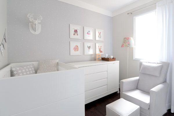 Quartinho de bebê clean e funcional para uma menina. Decoração em branco e cinza priorizam a tranquilidade e o conforto da família