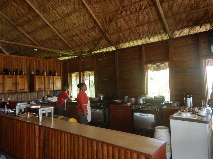De koks van Arrowpoint Nature resort zijn de lunch aan het voorbereiden #Guyana #apolloathome