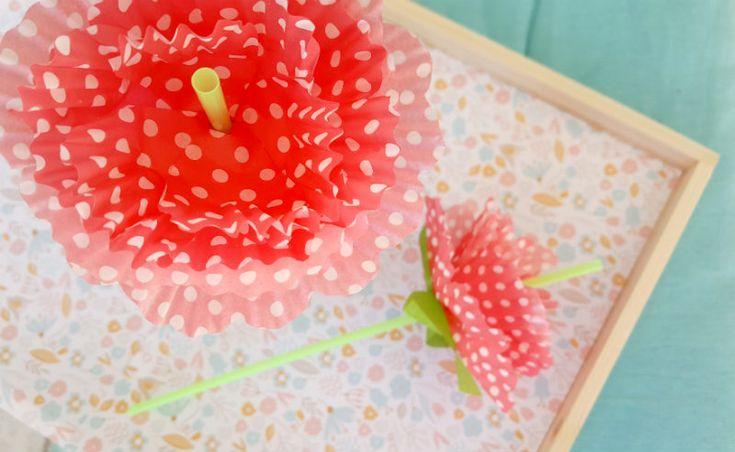 http://www.lafigurina.com/2017/05/tutorial-come-realizzare-delle-cannucce-con-fiori-di-carta/ Realizza le cannucce floreali, clicca il link per il tutorial completo.