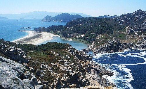 La magia y la leyenda envuelve a las antiguas Illas Ficas. La 《playa de Rodas》 y su entorno son una maravilla.  Foto: 《Playa de Rodas》, en las  islas Cíes. Vigo, Pontevedra