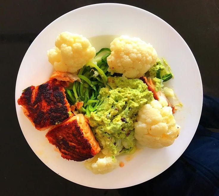 Zutaten für 2 Personen: 2 Zucchinis 1 Kopf Blumenkohl  350 g Lachs  1 Avocado  4 EL griechischer Yoghurt  Pinienkerne anbraten