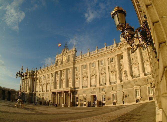 De mooiste barokke bouwwerken - Palacio Real in Madrid, Spanje© Thinkstock Dit werkpaleis van de Spaanse koning behoort tot de grootste koninklijke paleizen in Europa. De Spaanse koninklijke familie heeft al sinds de negende eeuw een optrekje op deze plaats, in eerste instantie een fort, later een alcazar (burcht). Op kerstavond 1734 brandde deze alcazar volledig af. Koning Filips V liet daarop meteen een nieuw kasteel bouwen dat in 1755 gereed was.