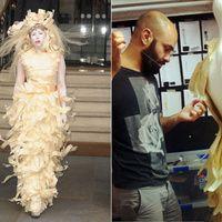 En una de sus nuevamente drámaticas apariciones, Lady Gaga, que se dirigía a una entrevista en Londres, decidió vestir la creación que cerró el desfile otoño-invierno 2014 del diseñador libanés afincado en Madrid Assad Awad. La cantante desafió al no siempre amable tiempo londinense con un vestido confeccionado con virutas de madera.  http://www.revistavanityfair.es/articulos/lady-gaga-se-viste-con-virutas-asturianas/18149