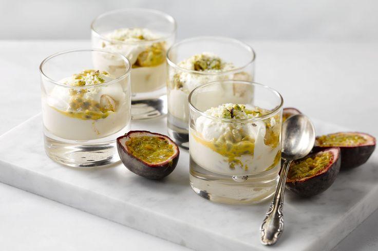 Geef tiramisu, de klassieker uit de Italiaanse keuken eens een verrassende en frisse toets met passievrucht, pistachenootjes, witte chocolade en Coint...