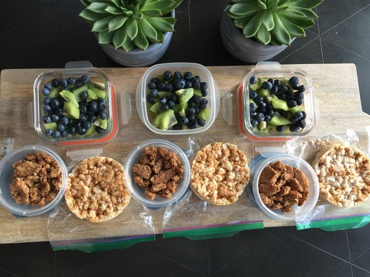 Well here it is folks... today's menu for snacks was: kiwi 🥝 & blueberry fruit salad, tomato 🍅 & basil 🌿 rice cakes and granola!🙌🏽
