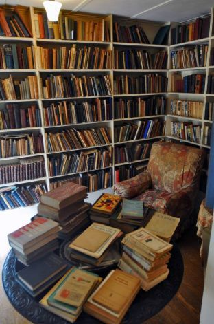 Edna St. Vincent Millay's private library #literaryspaces