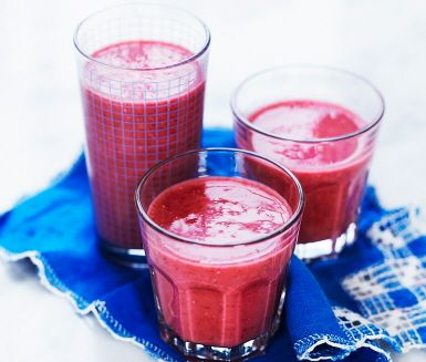 Smoothie med avokado och hallon. Get a boost with this avocado and raspberry smoothie.    One of our recipes for a year filled with more fruit and veggies.