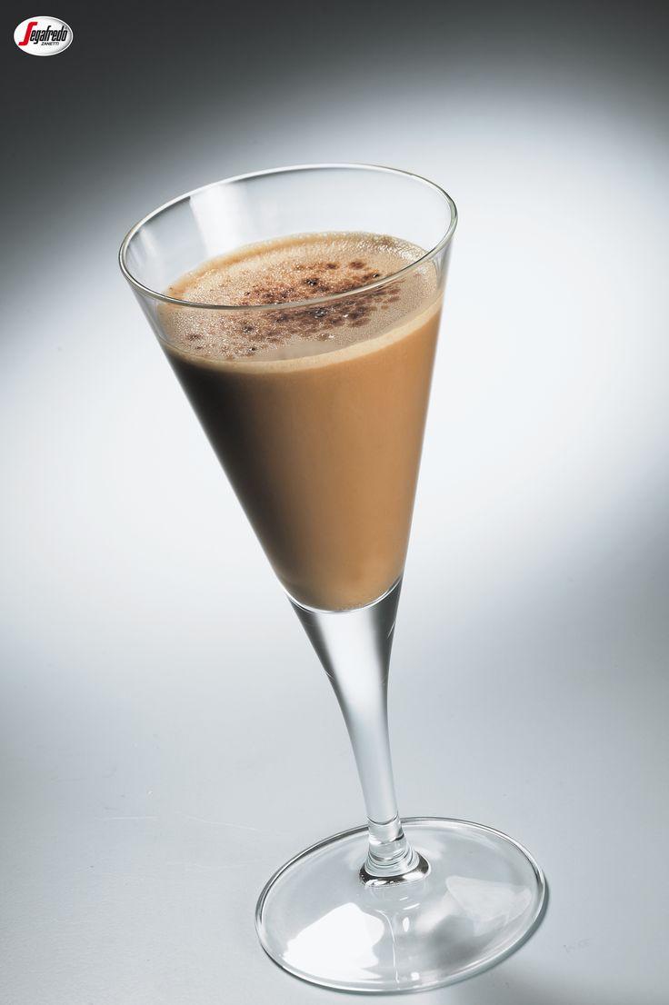 Wieczorna kawa? Polecamy Wam mrożony drink na bazie espresso i likieru smakowego.  Do jego przyrządzenia przyda się shaker z kostkami lodu. #segafredo #segafredozanetti #segafredozanettipoland #kawa #coffee #drink #drinkkawowy #coffeetime #drink #shaker #przepis #recipe #icecoffee #kawamrożona