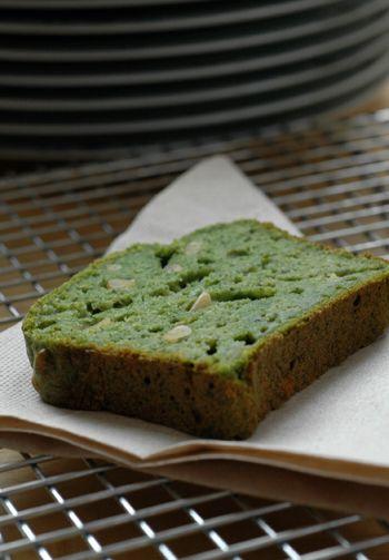 Cake tout vert aux épinards, ricotta et pignons de pin ou comment utiliser un gros sac d'épinards.