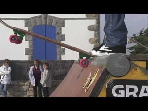 http://www.carnac-tv.fr  Reportage TV Quiberon 24/7 - 23 Octobre 2011 - Session de skate à Carnac-plage en Bretagne sud dans le Morbihan sur une rampe installée en bord de mer par le Skate Shop Keep Cool de Carnac à l'occasion du salon de la glisse et de la voile legere Sail'N'Gliss. Le vent tres fort et les embruns rendent la session de skateboarding difficile et extreme.