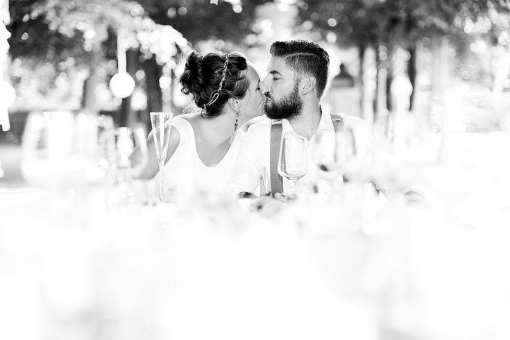 Bruidsfotografie kus diner zwart-wit trouwfoto Brabant. Foto door Marijke Krekels Fotografie