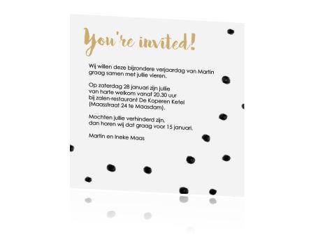 Originele uitnodigingskaart voor je vijftigste verjaardag. De leuke typografie en zwarte stippen zijn helemaal van nu.