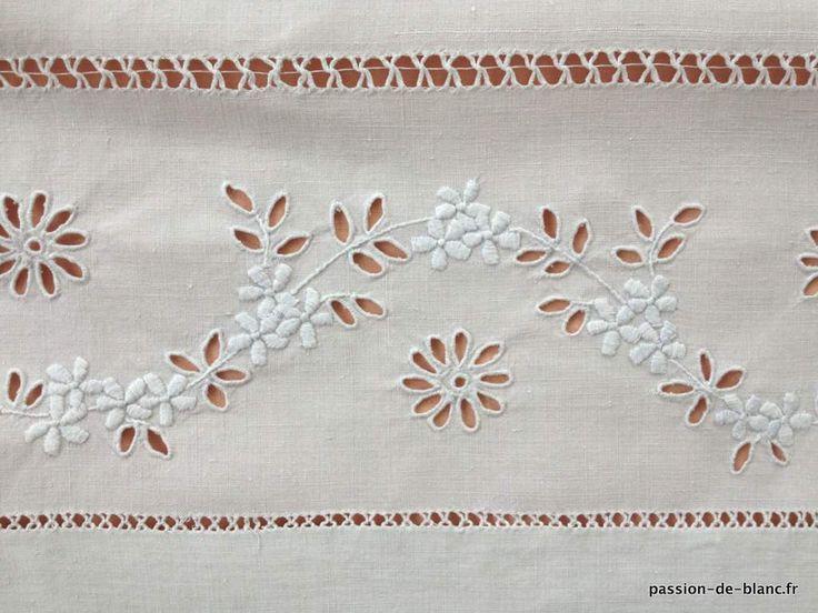 Linge ancien de lit > Draps, Taies... > LINGE ANCIEN /Merveilleux drap avec guirlande fleurie et monogramme EC brodé sur toile de lin fin - Linge ancien - Passion-de-Blanc - Textiles anciens