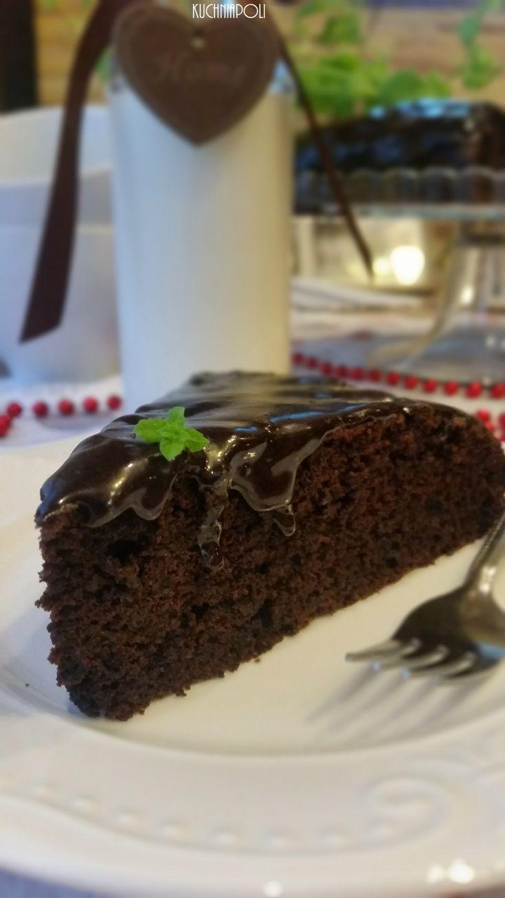 Ciasto czekoladowe z burakami Ciasto czekoladowe z burakami jest wypiekiem mało słodkim i mocno czekoladowym. Ciasto ma strukturę mocno wilgotną, dzięki dodatkowi buraków i oleju. Ciężko się zorientować, że bazą ciasta jest bogate w witaminy warzywo. Dominującym smakiem jest gorzka czekolada i mocne kakao, buraki właściwie są słabo wyczuwalne. Ciasto idealne będzie również w wersji …