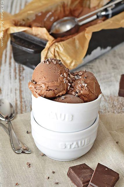 Super cremiges, mega schokoladiges Schokoladeneis. Hausgemacht, mit bester Schokolade. Für jeden Schokoladen und Eisliebhaber.
