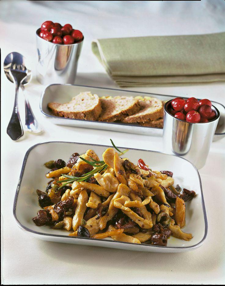 Gli straccetti di tacchino alle olive e pomodori secchi sono un secondo piatto sfizioso, facile e veloce da cucinare: perfetto gustare la carne bianca.