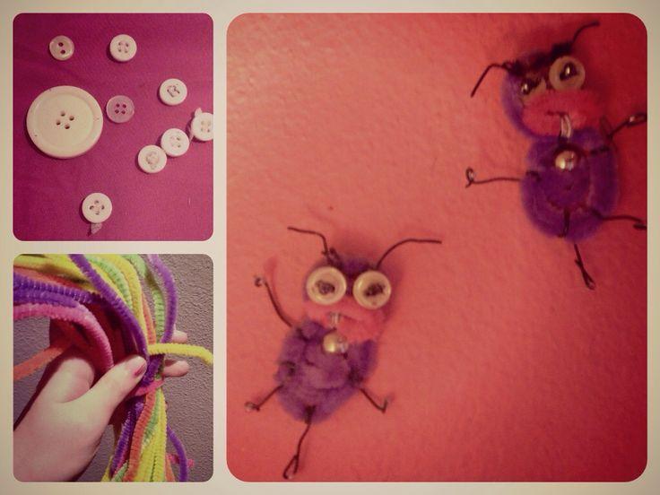 """Hormigas del programa de televisión  """"El hormiguero"""" :Trancas y Barrancas. Realizadas por hilos de alambre aterciopelados de colores, las antenas y manos hechas por alambre normal y los ojos son pequeños botones."""