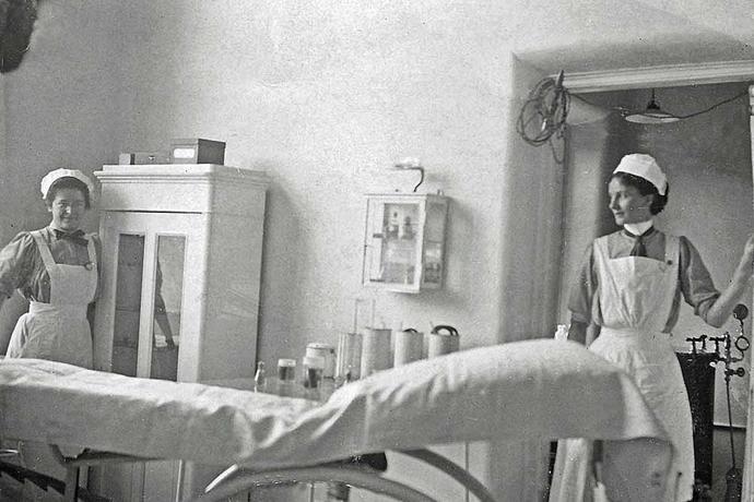 Marie Carlsen med en kollega på en operationsstue på Holstebro Sygehus i 1912.
