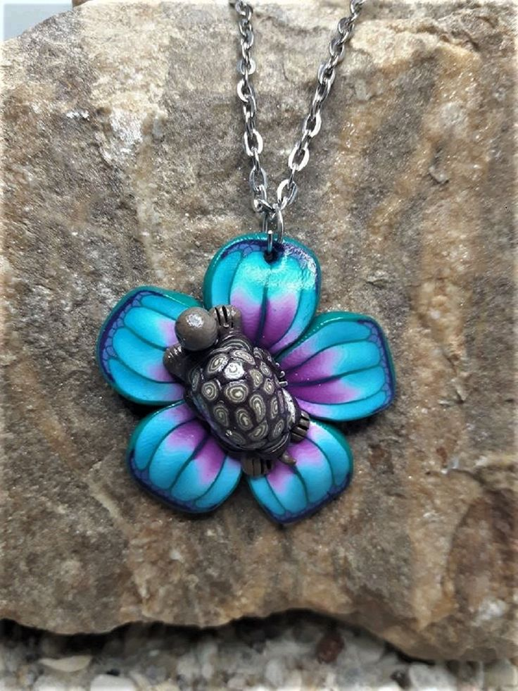 Collier fleur rose, bleu et sa tortue réalisé en fimo (2) de la boutique latelierdes3cerises sur Etsy