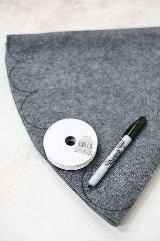 3 Easy No-Sew Tree Skirts (via Bloglovin.com )