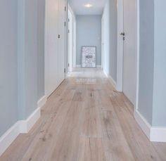 Mooie combi: de kleur van de muur, de witte plinten en de laminaatvloer
