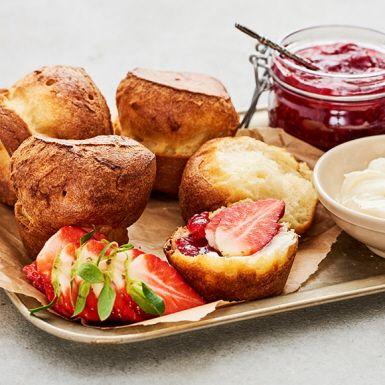 Popovers är små gulliga pannkaksbakelser som du bakar i muffinsformar och serverar med sylt, lönnsirap, lax, skinka – det som passar. En elegant amerikansk godbit som vi tar emot med öppna armar.