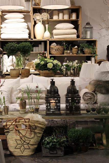 Visual merchandising. Retail store display. Home accessories.