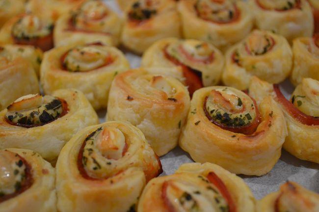 Monchou rolletjes van bladerdeeg met ham, chilisaus en Italiaanse kruiden als party of birthtday snack
