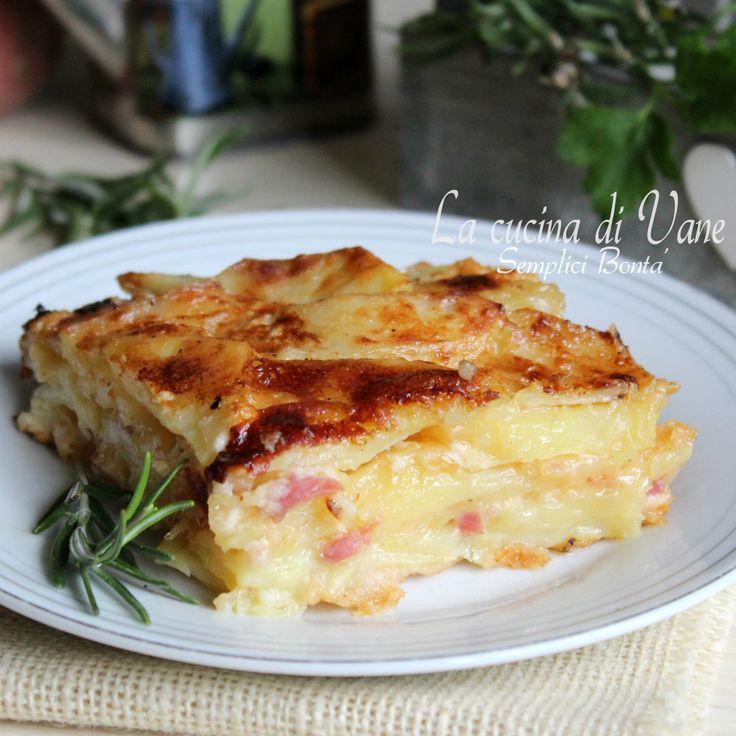 Parmigiana di patate con speck e scamorza ricetta semplice e gustosa senza besciamella e panna, le patate vengono cotte in teglia con latte e parmigiano.