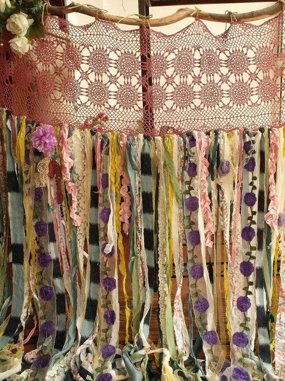 Esta cortina de shabby Chic garland muestra pura basura gitana Hippie estilo y tiene un tema romántico SHABBY CHIC, realmente hace una declaración! Esta cortina única guirnalda es mano atada con varios de TATTERED nuevo y tela vintage, encajes y roseta lila arco!  el arco de roseta lila puede variar cada uno pero mantener el mismo estilo shabby boho!  Tonos de violetas amarillas, de rosas, verde, azul gris, cal verde, menta, coral, marfil, crema y mucho más.  Perfecto para una boda chic…