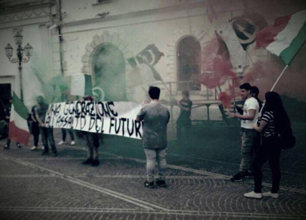 """Sit-in del Blocco Studentesco contro la """"Buona Scuola"""" - Un corteo con oltre cinquanta motorini ha percorso ieri le vie del centro di Lamezia Terme  - http://www.ilcirotano.it/2016/10/08/sit-in-del-blocco-studentesco-contro-la-buona-scuola/"""