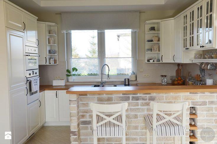 Biała kuchnia z drewnianym blatem Kuchnia - zdjęcie od MLS.blog