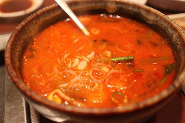 タルケジャンスープ めちゃうま♡ …… 家から徒歩10分強の食楽園。 ほんとは教えたくないけど まぁ教えたとこでわざわざこんなとこに来る人もいないか笑 お肉は上がつくものを頼めばまず間違いない。 そして何よりサイドメニューの韓国系の料理がかんなり美味いっ! ユッケ、センマイ刺しうまー! 店内は有名人、スポーツ選手のサインが多数っ! …… ユッケ センマイ刺し 特タン塩 上ハラミ 上ロース 上ミノ 蒸し豚三枚肉 サンチュ キムチ盛り合わせ タルケジャンスープ …… #焼肉 #肉 #meat #beef #鶴見 #韓国料理 #koreanfood #gourmet #グルメ #food #foodpics #instafood #foodstagram #delicious #followme #食べ歩き #写真好きな人と繋がりたい #写真撮ってる人と繋がりたい #ファインダー越しの私の世界 #tokyocameraclub #東京カメラ部 #yummy #team_jp_ #instagood #instapic #instadaily #instalike #カドログ