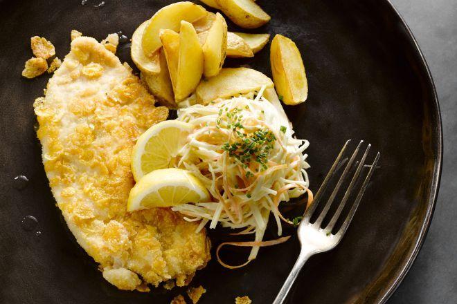 Kalkoenschnitzels kan je gemakkelijk zelf maken! De koolsla is er heerlijk bij. Serveer met gebakken of gefrituurde aardappeltjes.