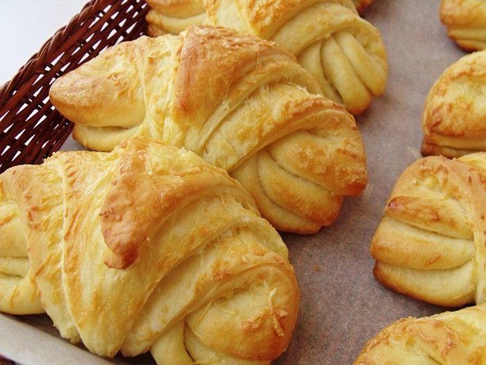 Domácí sýrové croissanty. Kynuté těsto, do kterého se přidává jogurt je vláčné a nadýchané. Výborná volba na pohoštění.