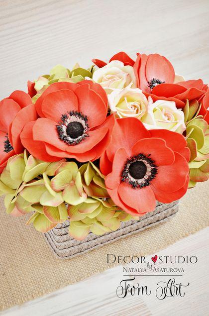 Купить или заказать Букет 'Red charm' с цветами из фоамирана в интернет-магазине на Ярмарке Мастеров. Этот букет в красных тонах станет прекрасным подарком для уверенной в себе женщины или молодой девушки, которая не боится компромиссов и ценит благородный шик натуральных цветов. Красивый букет из гортензий оливкового цвета и алых анемонов венчают аккуратные кустовые розы цвета 'лайм'. Букет «Red charm» — яркое поздравление на …