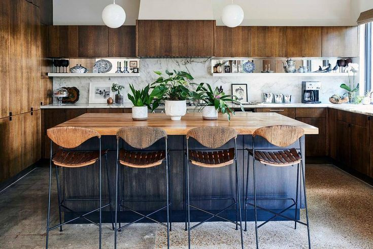 Dallas-based Homepolish designer @erikayeaman, her challenge after moving into a 1950's midcentury sprawling Texan home was to blend the Scandinavian clean lines of its original architecture with an air of family-friendly bohemia and a dash of Texan rusticity. Photo by @codyu...