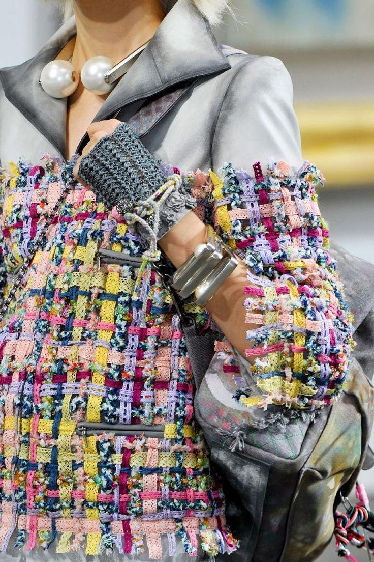 Chanel- collana chiare in metallo color argento con due maxi perle bianche unite da magnete
