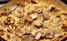 Lomo Stroganoff fácil, un plato exquisito que combina carne cortada en tiras finas en una jugosa salsa de champiñones. Una receta rusa famosa