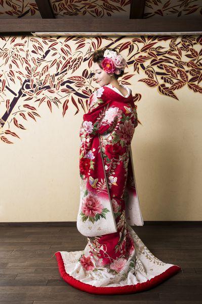 ロマンチックな着物  CUCURU  紅色藤牡丹に蝶 着物ウェディング 和婚 色打掛
