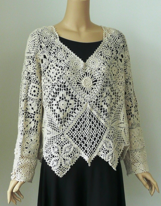 Blusa de crochê com vários tipos de quadrados