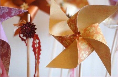 Cómo hacer molinos de viento con papel reciclado.Ideas para decorar las macetas y hacer manualidades veraniegas infantiles. Reciclar papel para hacer molinillos.
