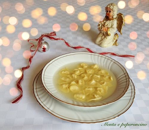 """La """"Ricetta Tortellini casalinghi"""" è il tipico primo che si prepara in Emilia durante le festività natalizie, come tradizione vuole con il brodo di carne..."""