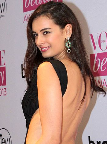 It is challenging to match steps with Arshad Warsi, feels Evelyn Sharma! - http://www.bolegaindia.com/gossips/It_is_challenging_to_match_steps_with_Arshad_Warsi_feels_Evelyn_Sharma-gid-37244-gc-6.html