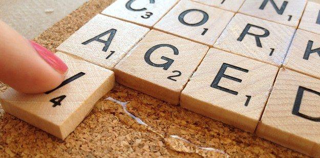 Oder mach Untersetzer aus Scrabble-Spielsteinen | 21 preiswerte Last Minute-Geschenke, für die Du Dich nicht schämen musst